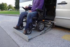 אדם נכה עך כסא גלגלים יוצר ממכונית